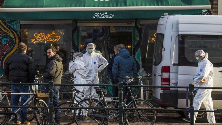 De politie onderzoekt de moord, op de achtergrond de zaak naast de coffeeshop Beeld Het Parool/ Maarten Brante