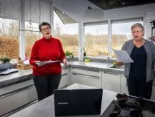 Coby en Gea zingen koralen in de keuken bij Online meezingversie Johannes Passion