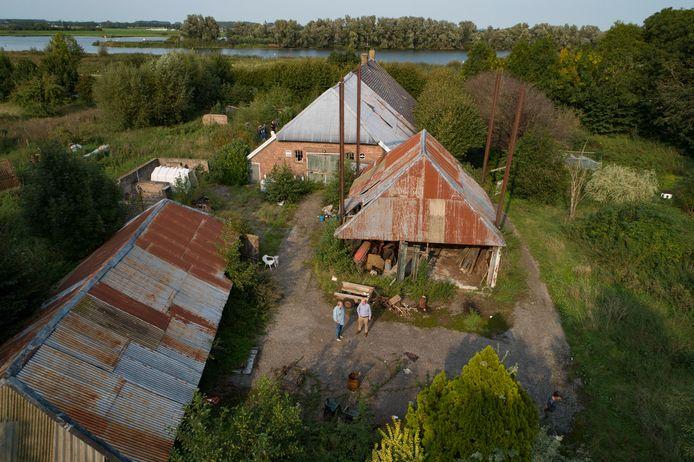 De vervallen boerderij 'Collenzand' aan de Kamperstraatweg, nabij nieuwbouwwijk Onderdijks, gaat tegen de vlakte.