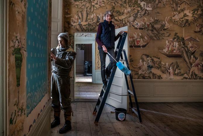Vastgoedorganisatie Stadsherstel Utrecht neemt voor 1 euro de komende tien jaar onderhoud, beheer en exploitatie van het monumentale pand over. Arjen Meurs (rechts) en Hildo Kamstra beheerders van landhuis Oud Amelisweerd.