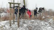 Kinderen 't Brugje ravotten in de sneeuw