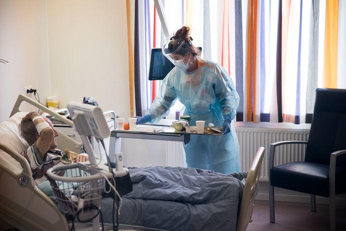 Een coronapatiënt wordt behandeld in het Maasstad Ziekenhuis in Rotterdam-Zuid.