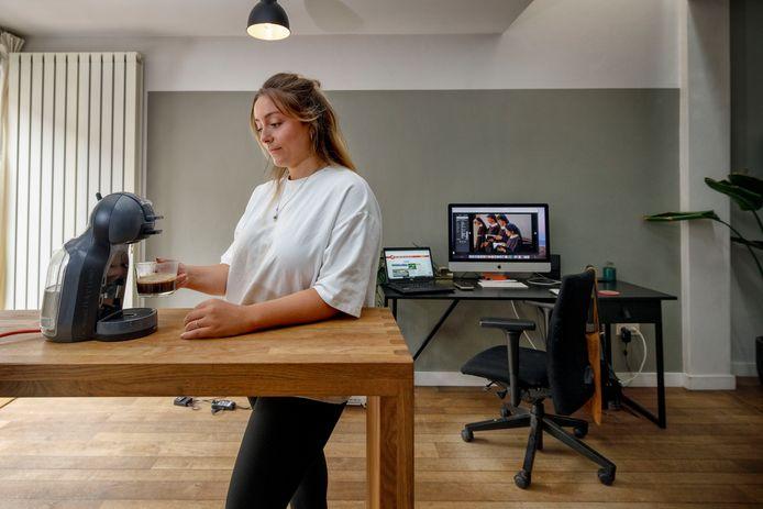 Online-redacteur Karen Luiken thuis aan het werk.