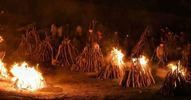 Op sommige Indiase crematieplaatsen worden zeker vijf tot tien keer meer doden per dag gecremeerd. Beeld Saurabh Sharma