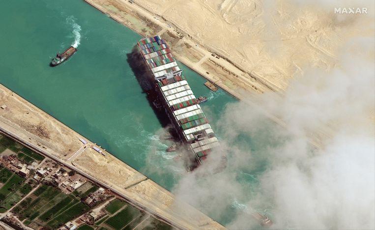 Er moesten meerdere krachtige sleepboten aan te pas komen om de Ever Given vlot te trekken. Beeld EPA