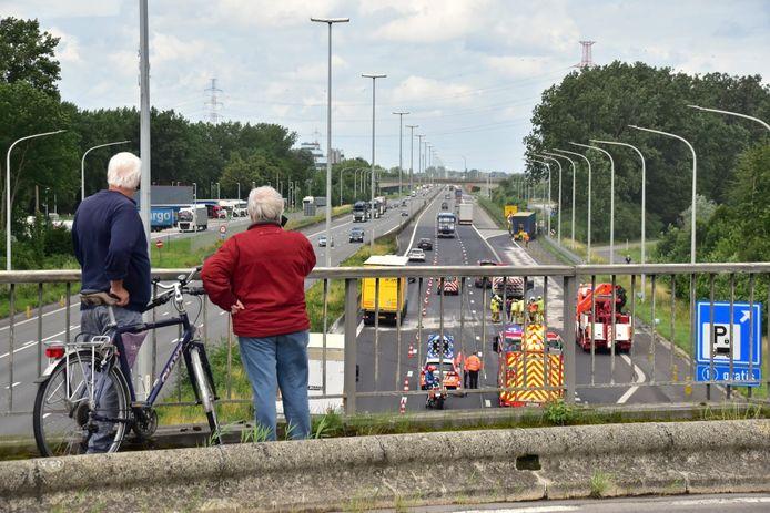 Het ongeval gebeurde net voor het parkeerterrein in Kruishoutem, in de richting van Antwerpen, op de grens van West- en Oost-Vlaanderen.