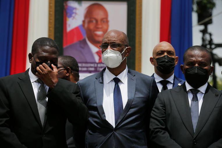 Premier Ariel Henry (midden) van Haïti treurt om de dood van president Jovenel Moïse. Beeld AP