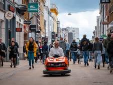 Henri rijdt in een botsauto door Groningen: 'Een scootmobiel vind ik zo lullig'