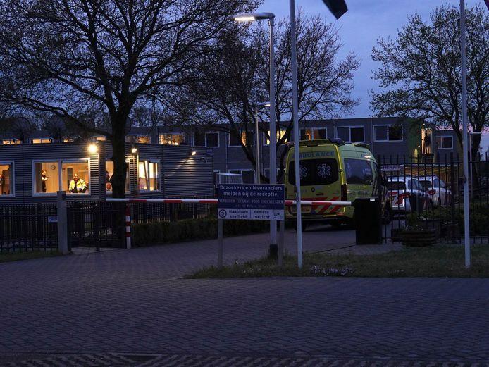 Meerdere hulpdiensten rukten uit voor een melding van een steekpartij in het AZC Hardenberg. Ook wordt een speurhond ingezet.
