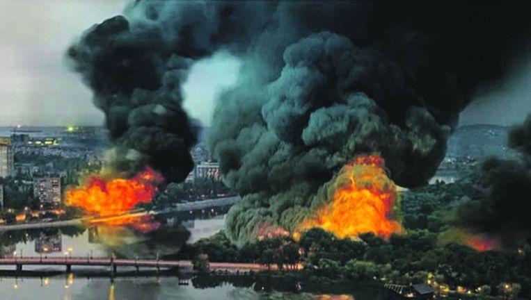 In werkelijkheid lag Donetsk er wat rustiger bij. De branden zijn er voor het effect aan toegevoegd. Beeld Volkskrant
