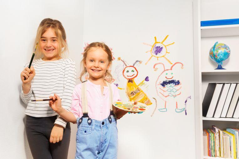 Twee kleine kunstenaars, trots op hun creatie.