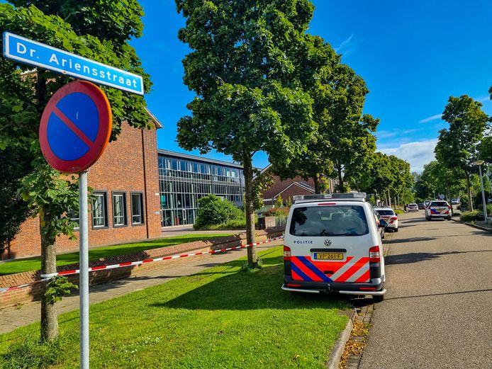 De steekpartij vond plaats in de omgeving van de dr. Ariensstraat en Rode van Heeckerenstraat in Lichtenvoorde. Links op de foto het gebouw van scholengemeenschap Marianum.