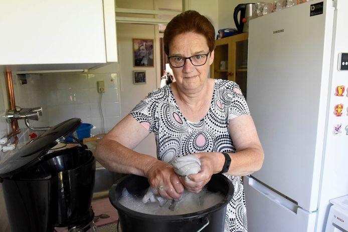 Wilma Mooij in haar woning. Ze poetst heel vaak, maar het helpt niet tegen de stank