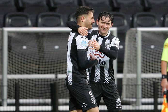 Sinan Bakis (links) scoorde twee keer tegen Willem II. Op de foto viert hij zijn eerste treffer met Luca de La Torre.