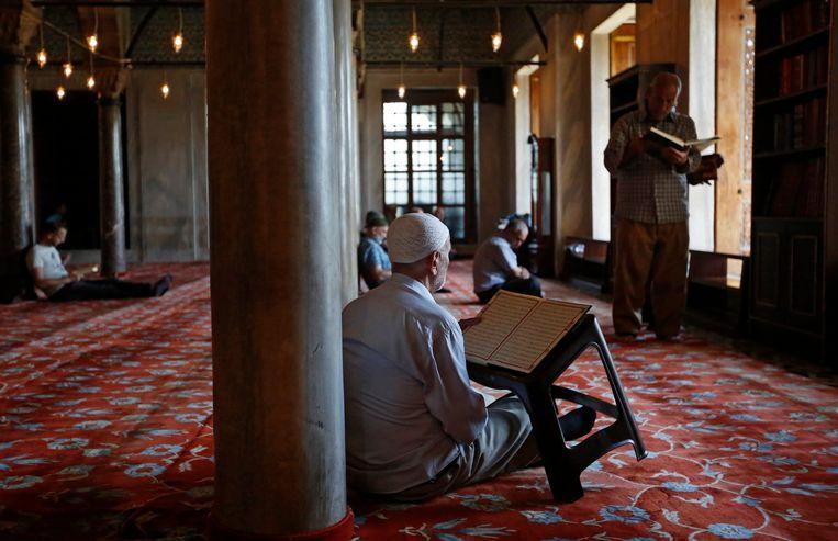 Turkse moslims tijdens het laatste vrijdaggebed van de ramadan. Beeld EPA