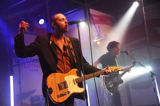 Optreden van PEER op het Bevrijdingsfestival, met Gijs Teuwsen (links) en Jesper de Jonge.