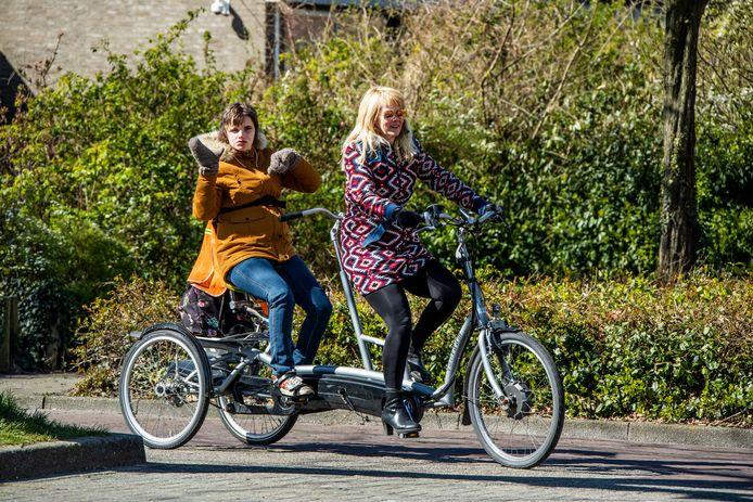 Christel Groenewegen met Nikki op de fiets.
