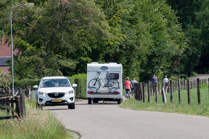 Het is dringen geblazen op de smalle Gortelseweg tussen Vierhouten en Emst.