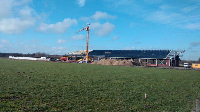 De stal aan het Boterpad, toen nog in aanbouw.