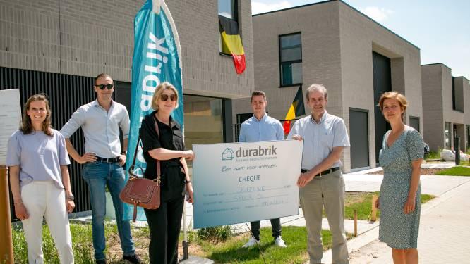 Bouwbedrijf schenkt cheque van 1.000 euro aan vzw Spoor 56