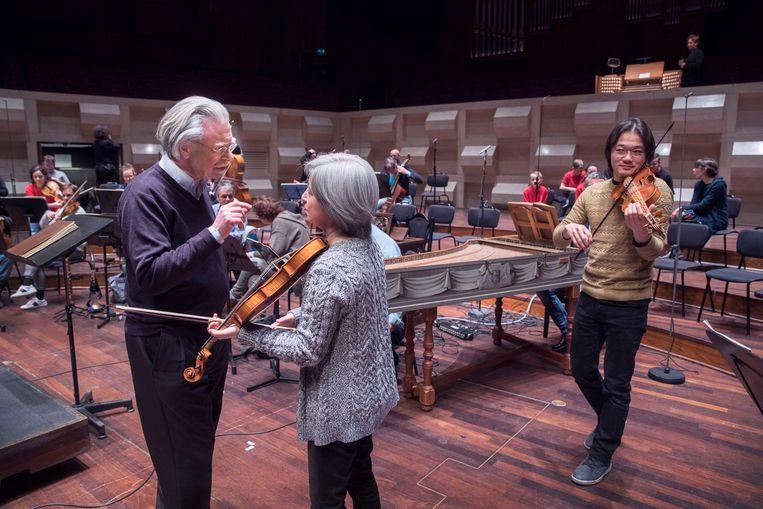 Dirigent Jos van Veldhoven van de Nederlandse Bachvereniging overlegt tijdens een repetitie. Het is dit jaar voor het laatst dat Van Veldhoven de Matthäus Passion dirigeert. Beeld Werry Crone