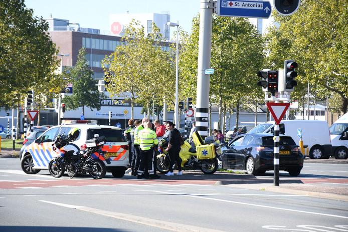 Bij botsing op de kruising van de Spinozaweg met de Vleutenseweg in Utrecht is een man gewond geraakt.