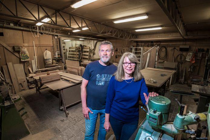 """Martin en Jolanda Dalhoeven in de werkplaats van de doe-het-zelfwinkel, die Jolanda sinds 1994 heeft gerund: """"Het is mooi geweest."""""""
