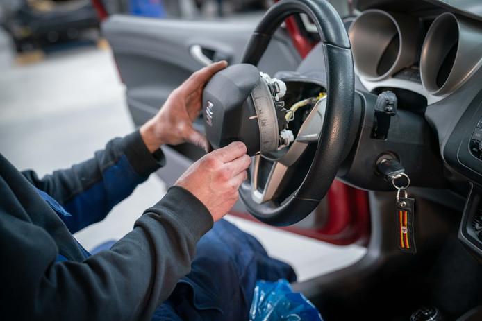 Het plaatsen van nieuwe airbags in een auto is kostbaar.