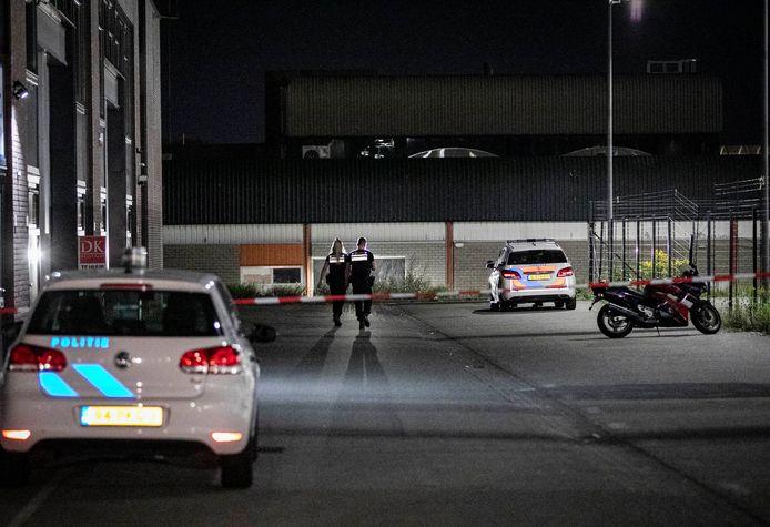 De politie na de inval in het bedrijfspand  aan de Snelliusweg in Arnhem.