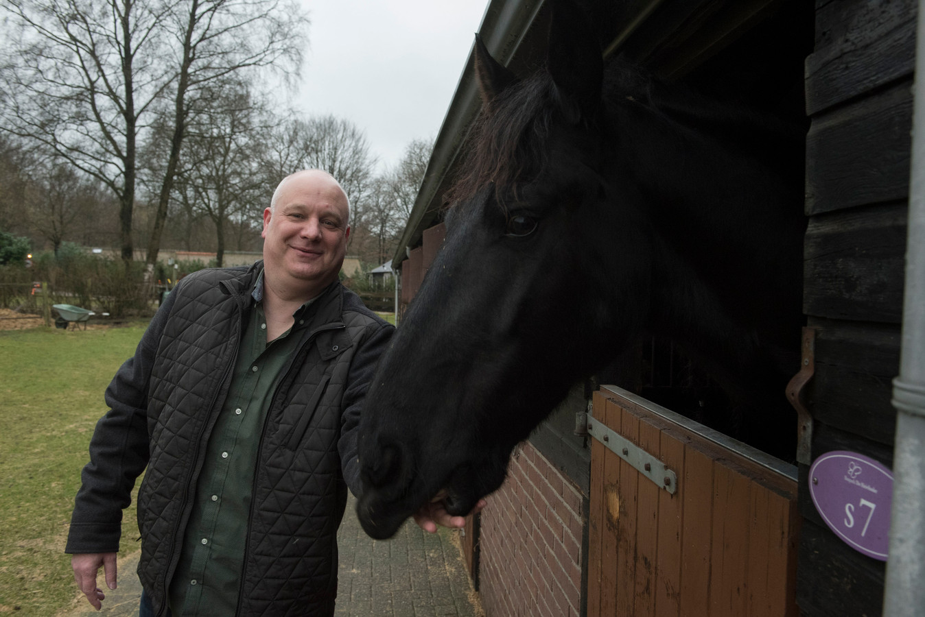 Karel Schoorl is eigenaar van De Heivlinder in Speuld. Hij wil zijn vakantiepark uitbreiden met dertig recreatiewoningen, waaronder twaalf paardenlodges.