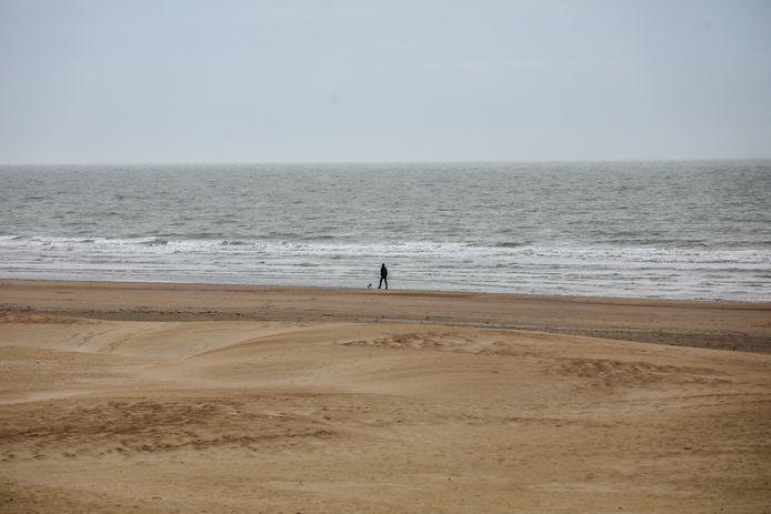 Het Koksijdse strand ligt er opvallend verlaten bij