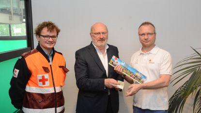 Rode Kruis brengt eerste sticker aan de man bij burgemeester