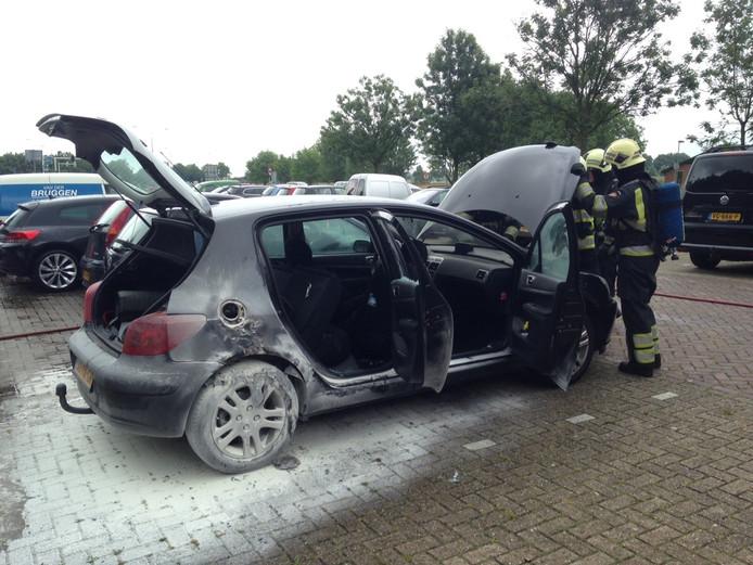 Op een carpoolparkeerplaats op de Erfsetraat in Ravenstein is een auto in brand opgegaan