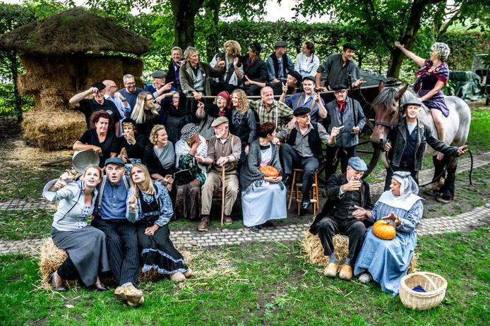De cast van  De Leste Snert in Deest.