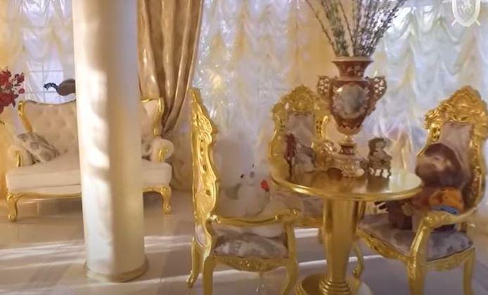 De villa is volledig aangekleed met goud