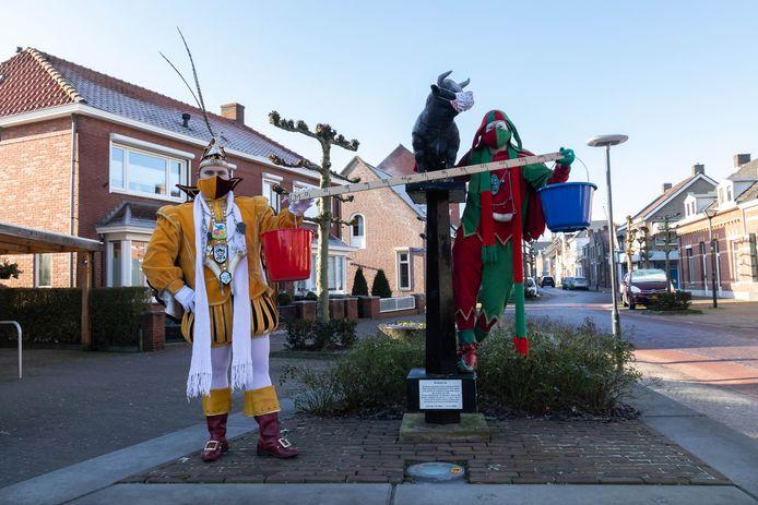 Prins Zjim en nar Luukske van Ostrecht bereiden zich voor op een coronaproof carnaval in Ossendrecht. Beiden dragen een kleurig, bijpassend mondkapje, evenals De Bronzen Os.