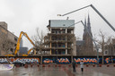 De sloop van Stadhuisplein 6 in Eindhoven, het voormalige Herman Witte-huis van de Agglomeratie Eindhoven en maatschappelijke zaken, is hervat.