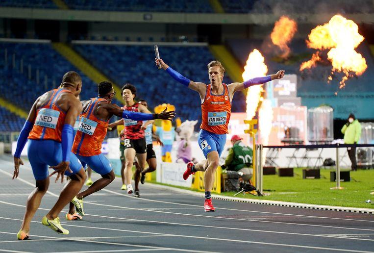 Tony van Diepen loopt op de 4x400 meter estafette met een sterk slotstuk naar de wereldtitel. Beeld REUTERS