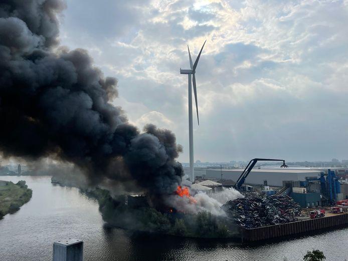 Brand bij schrootbedrijf AVI in Den Bosch