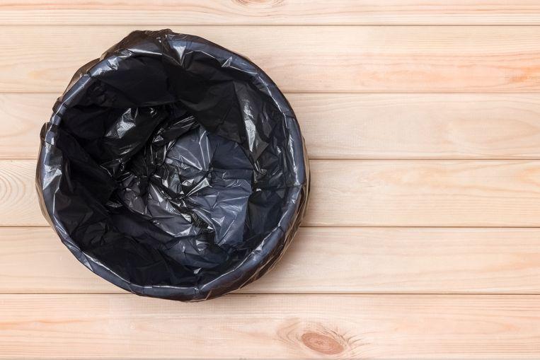 Trash Can Top View. Empty Garbage Bin. Black Bag in a Trash Can. Rubbish Bin. Bin on Wooden Floor. Waste Bin on Wooden Background. Waste Can with Plastic Package. Empty Rubbish Bucket. Garbage Basket Beeld Getty Images/iStockphoto