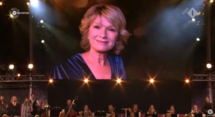 Martine Bijl op het grote scherm bij de Musical Sing-a-Long.