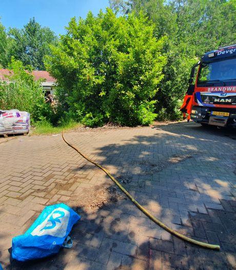 Brandweer pompt zinkende woonboot in Deventer leeg