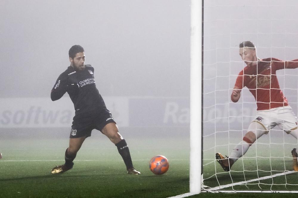NEC-speler Anass Achahbar scoort de 0-1 voor NEC tegen Jong AZ.