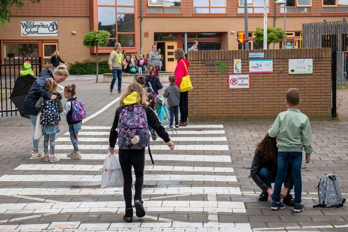 Juni 2020 konden de kinderen weer naar de Willibrordusschool in Alphen, op veilige afstand van elkaar.
