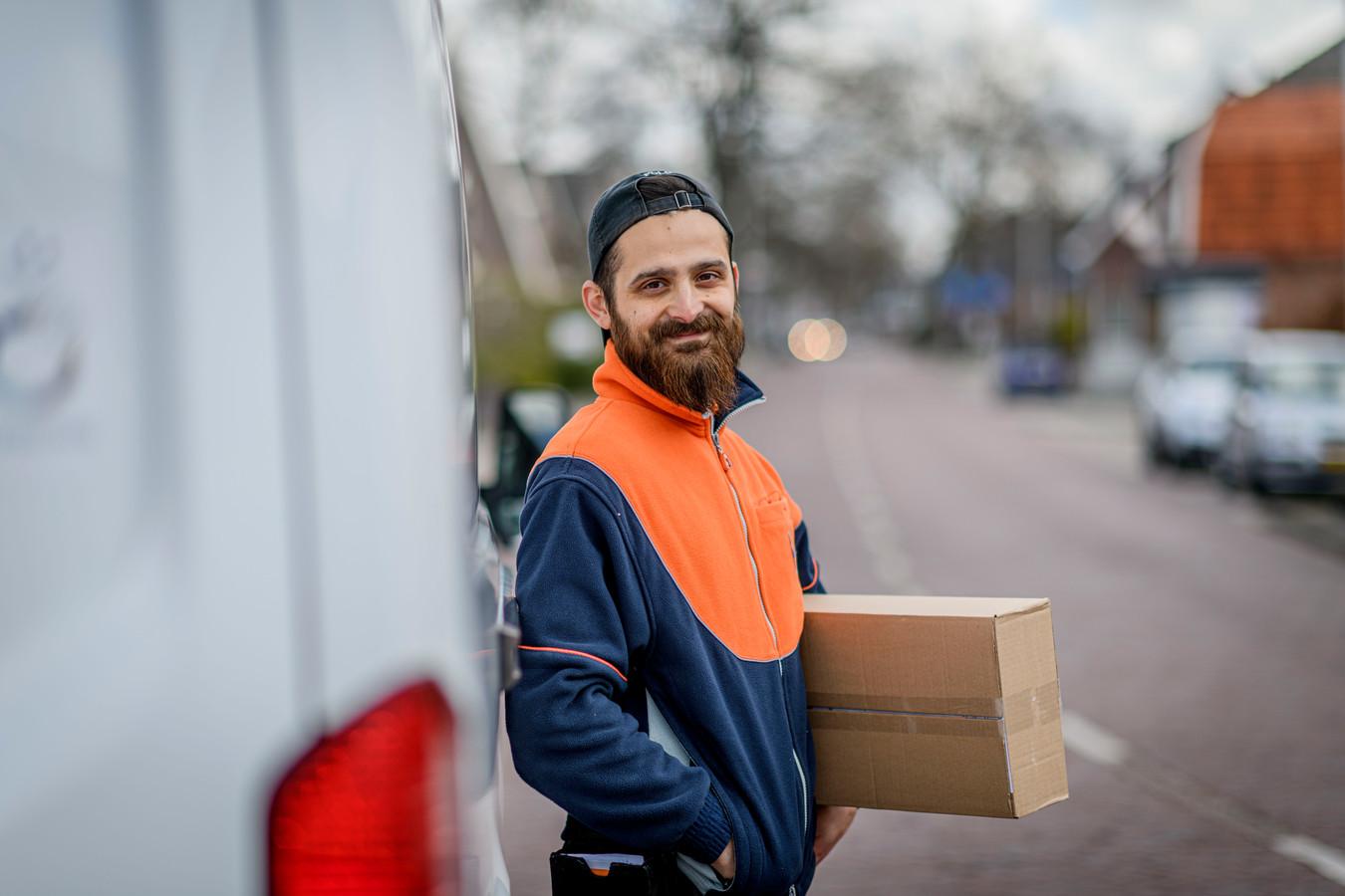 Burak Ulukan (31), de goedlachse pakketbezorger van Vriezenveen.