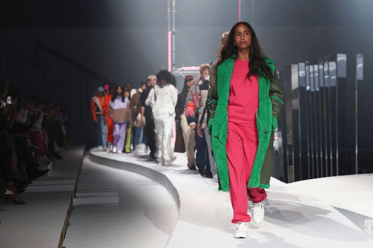 In de eerste maanden van de pandemie grepen we vooral naar troostende, comfy kledij. Dat namen ook de ontwerpers mee in hun collecties, zoals hier Jack & Jones. Beeld Getty Images for ABOUT YOU