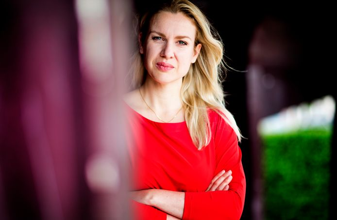 Femke Merel van Kooten is opgestapt bij de Partij voor de Dieren. Ze gaat door als zelfstandig Kamerlid. De partij van Marianne Thieme royeerde Van Kooten per direct.