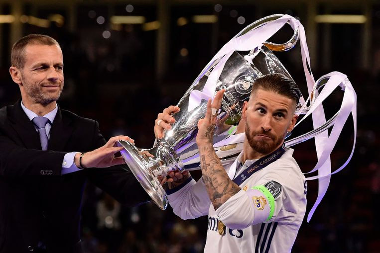 Real Madrid captain Sergio Ramos (R) lifts the trophy after Real Madrid won the UEFA Champions League final football match between Juventus and Real Madrid at The Principality Stadium in Cardiff, south Wales, on June 3, 2017. / AFP PHOTO / JAVIER SORIANO Beeld null