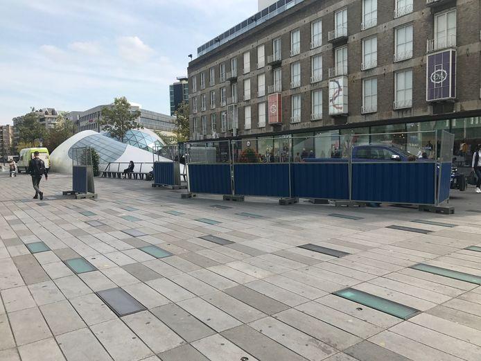 Een aannemer is momenteel bezig met de reparaties aan de bestrating op het Eindhovense 18 Septemberplein.