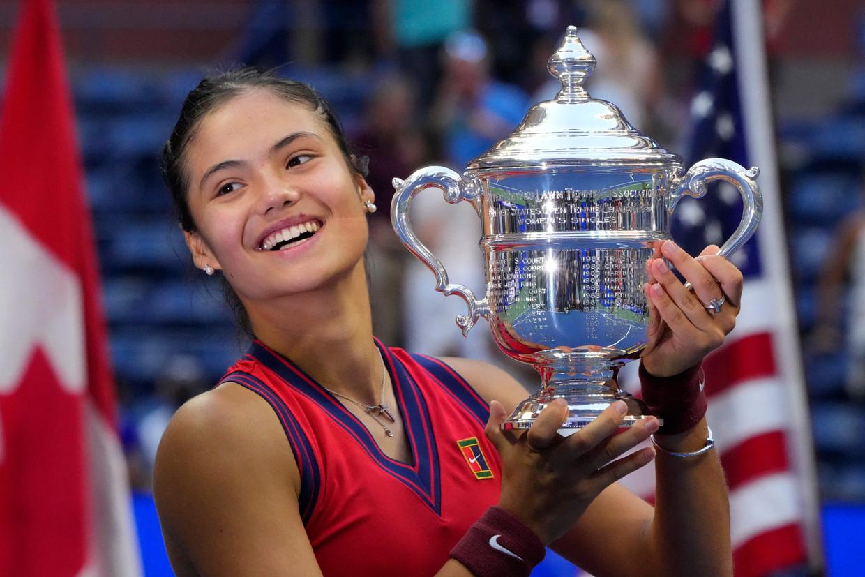 """De Britse Emma Raducanu poseert trots met de US Open-trofee. """"Ik heb hier altijd van gedroomd, maar nu kan ik het eigenlijk niet geloven."""" Beeld AFP"""